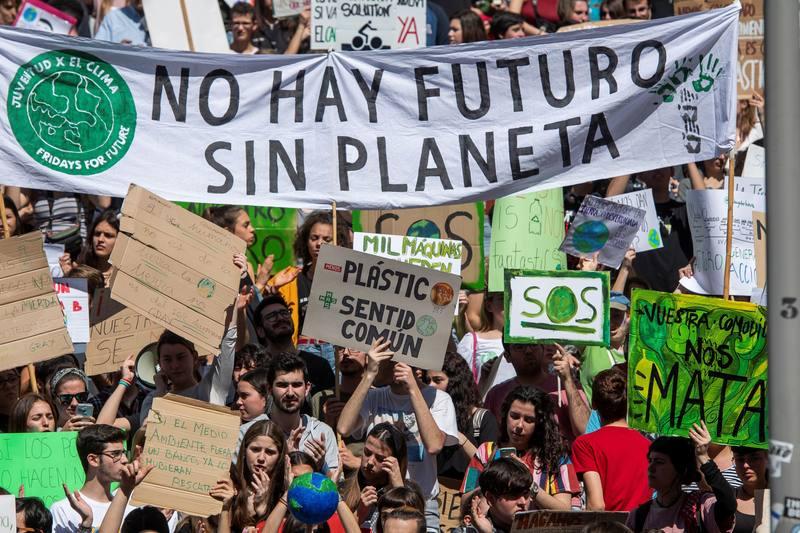 Los estudiantes piden a los políticos que rescaten al planeta.